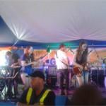 Haim performing with Mumford & Sons
