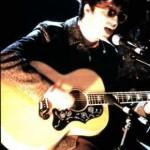 "Noel performs ""Wonderwall"" backstage for Channel 4"